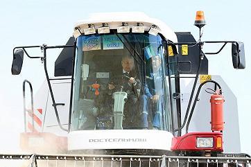 Президент Узбекистана поучаствовал в уборке зерна на комбайне VECTOR 410
